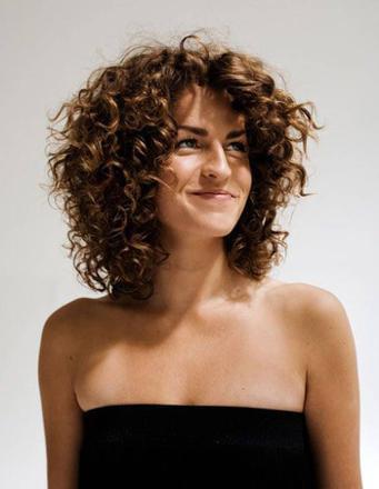 modèle coiffure cheveux frisés