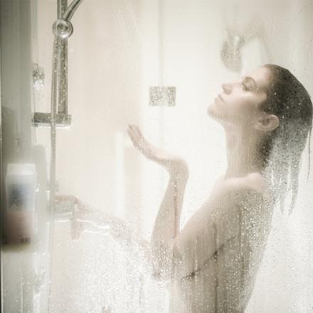 une femme sous la douche